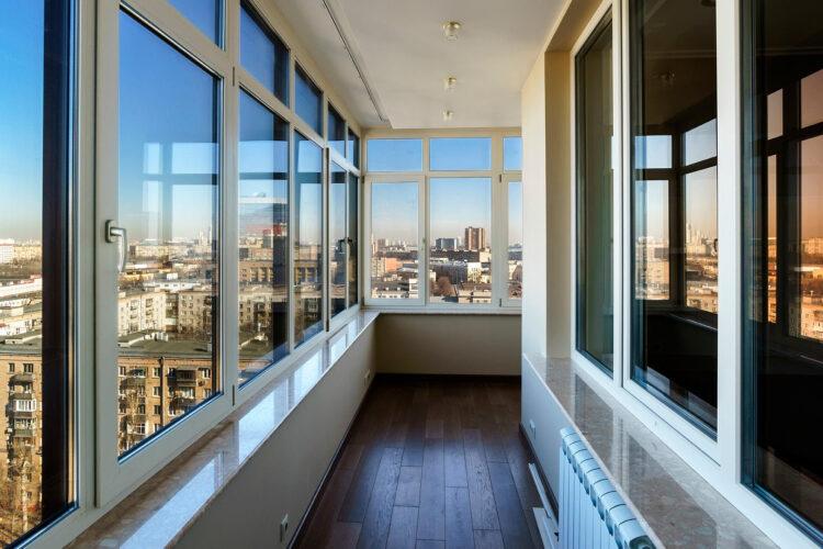 Засклення балкону: як заощадити?